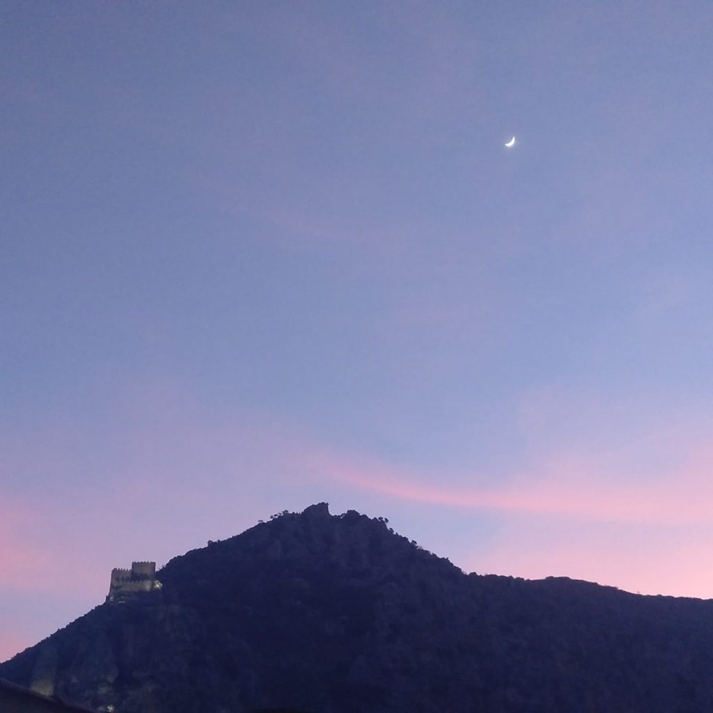 Orto de luna nueva en ocaso de sol. Castillo de Albanchez de Mágina. Marzo de 2019